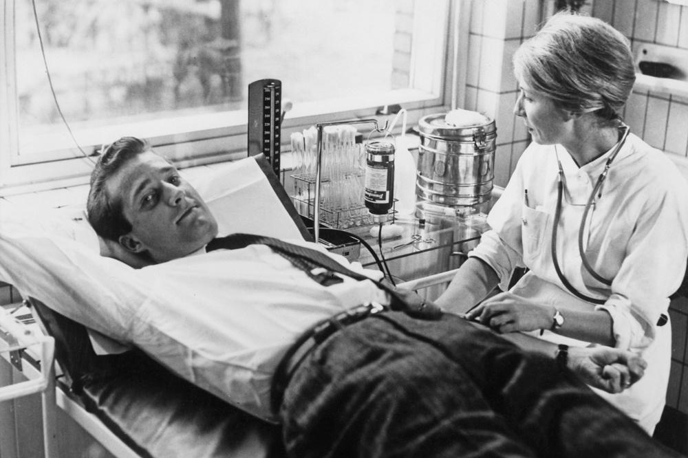 Octobre 1959, le roi Albert II en plein don de sang., Getty Images