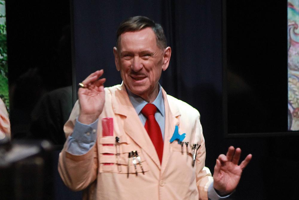 Koen Crucke draagt al 30 jaar een kappersjas voor zijn rol van Alberto., FODI