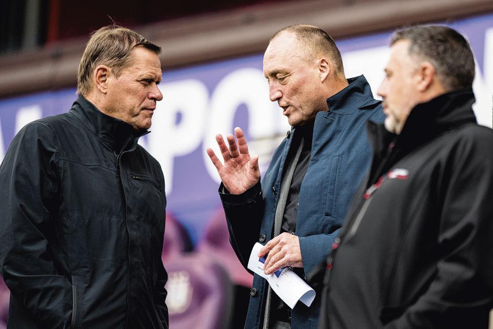 Wouter Vandenhaute praat in de tribunes van Anderlecht met de intussen ontslagen Frank Arnesen. Louis de Vries: 'In mijn ogen was hij de ideale man om GBA te leiden.', belgaimage