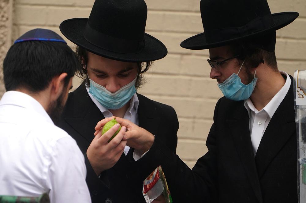 Membres de la communauté juive de Borough Park, dans le quartier de Brooklyn à New York, le 29 septembre 2020, Reuters