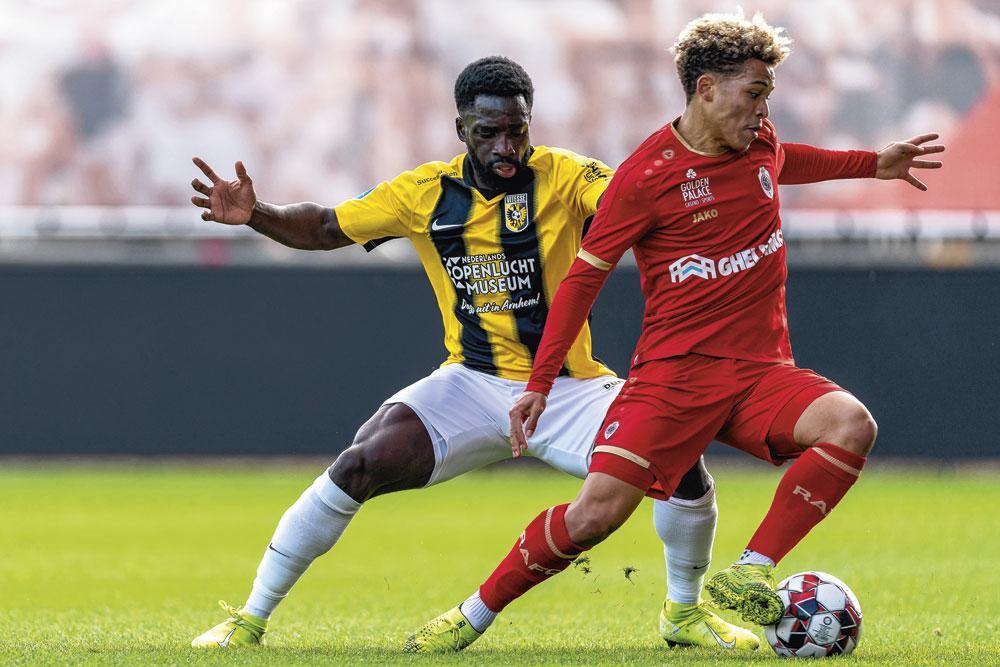 Benson Manuel in actie voor Antwerp FC tijdens een vriendschappelijk duel met Vitesse. 'Toen ik tekende legden ze me voor dat ze anders gingen spelen; we zouden de bal meer laten rondgaan.', belgaimage - christophe ketels