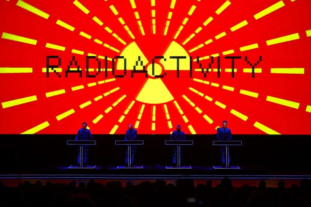 """Les quatre membres de Kraftwerk aux synthétiseurs lors d'une performance à la Tate Gallery of Modern Art de Londres pour l'album """"Radioactivity"""", 1975., Peter Boettcher 2013/Kraftwerk"""
