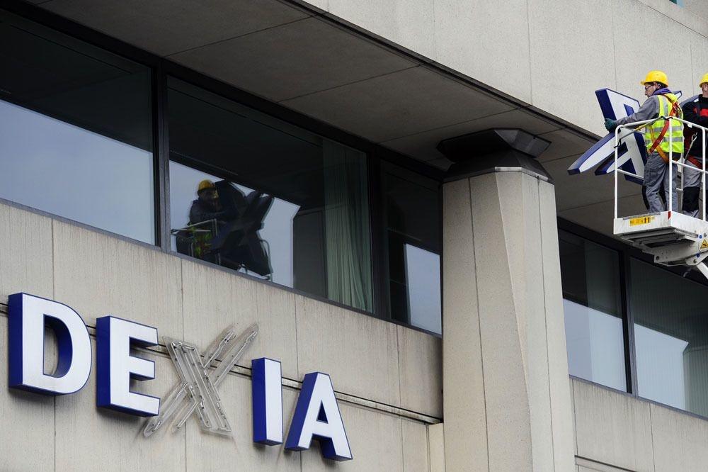 Het Dexia-logo werd in 2012 van de Brusselse gebouwen gehaald. , BelgaImage