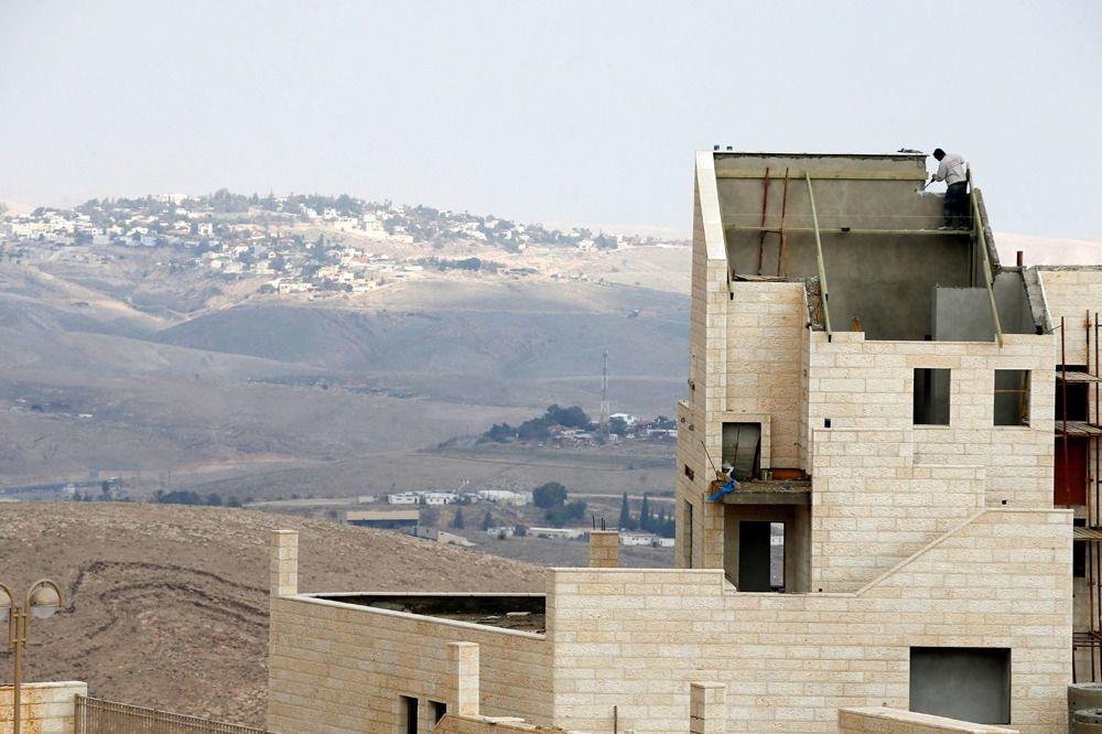 Ouvrier travaillant à la construction d'un bâtiment dans la colonie israélienne de Maale Edumim, en Cisjordanie occupée, fin 28 décembre 2016., Reuters
