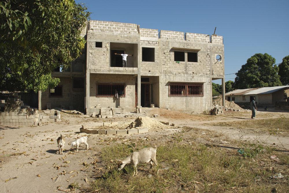 La maison que Krépin Diatta fait construire pour sa famille à Lyndiane. Au premier étage, le frère aîné Yvon., christian vandenabeele