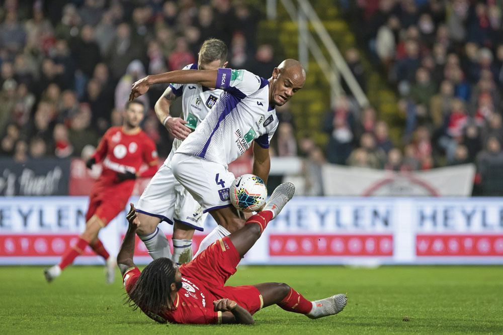 Antwerp - Anderlecht 0-0. Dieumerci Mbokani et Vincent Kompany se sont livré moult duels. Le défenseur anderlechtois a été brillant et a ainsi offert un point à son équipe., BELGA