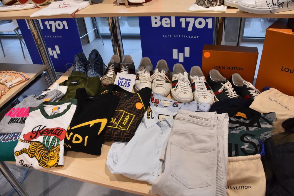 Naast een berg cash geld werd ook heel wat dure merkkledij én een Rolex ter waarde van 38.750 euro in beslag genomen., LOO