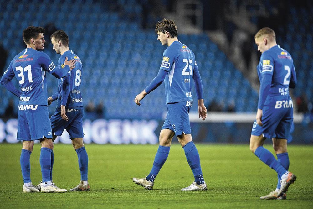 De spelers van KRC Genk laten de kopjes hangen na de 0-2-nederlaag tegen KAA Gent., belgaimage