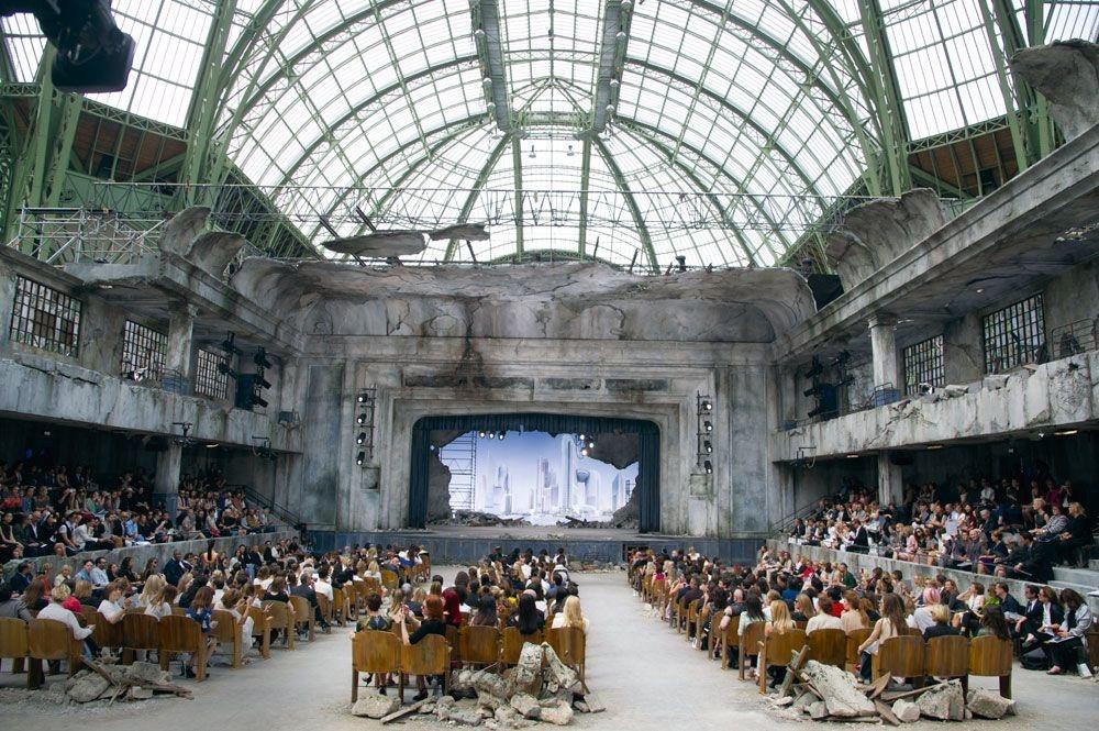 En 2011, Chanel fait défiler ses modèles dans le Grand Palais transformé en théâtre en ruine., GETTY IMAGES