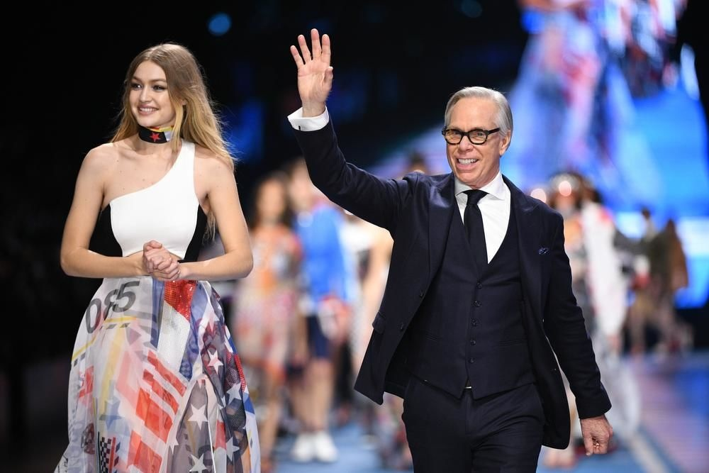 Gigi Hadid et Tommy Hilfiger, star des réseaux sociaux et patron, main dans la main en affaires, Photos: Tommy Hilfiger
