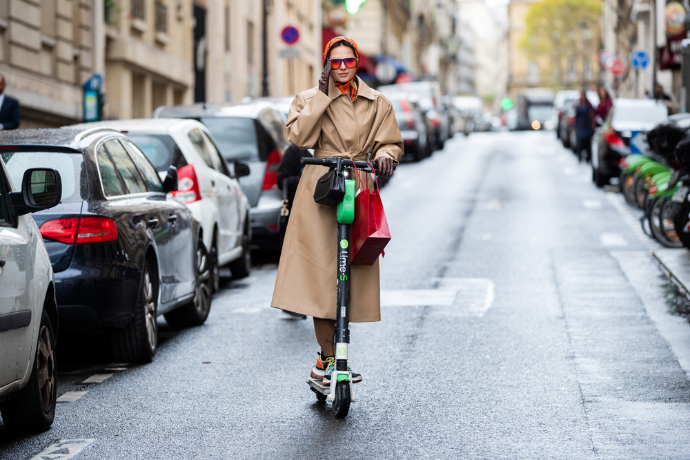 Fashionista sur trottinette, Paris, 2019, Getty Images