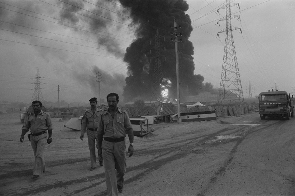 Vue de la centrale thermique de Bagdad en feu après un bombardement par des chasseurs de l'armée iranienne le 30 septembre 1980, Irak., Reuters