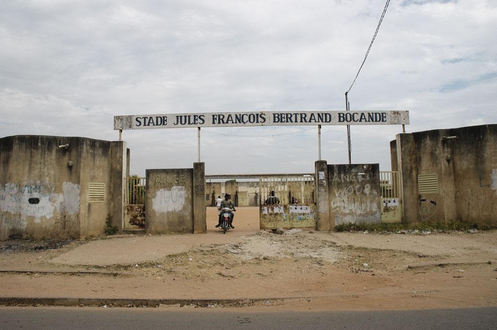 Le stade Jules Bocandé, nommé d'après l'attaquant sénégalais qui a notamment joué pour l'US Tournai et Seraing dans les années 80., christian vandenabeele