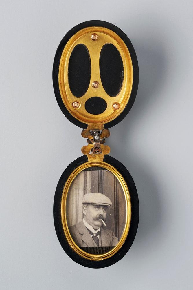 Médaillon portant les initiales du marquis Gianmartino Arconati Visconti et contenant une photographie de Raoul Duseigneur, XIXe siècle., MAD PARIS / CHRISTOPHE DELLIETE