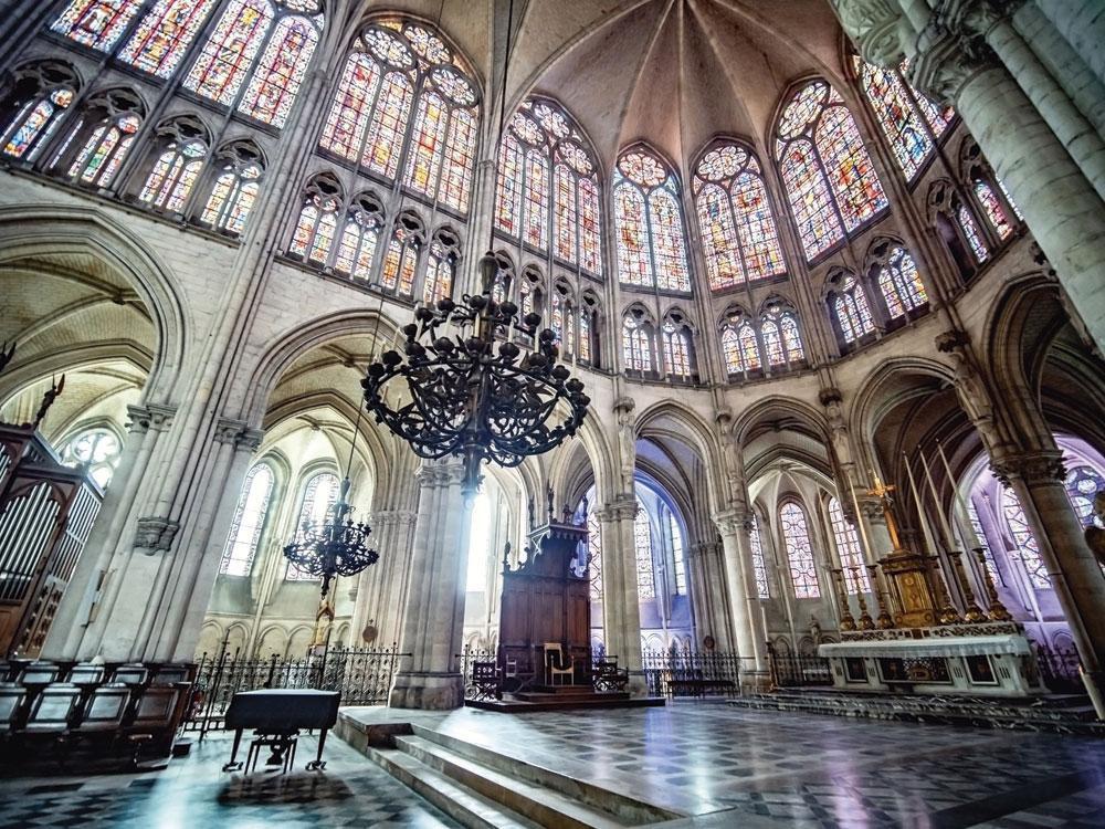 La fascinante cathédrale Saint-Pierre-et-Saint-Paul, à Troyes: tout l'art du vitrail., bc image