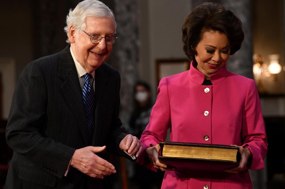Le leader de la majorité au Sénat, Mitch McConnel et son épouse, la secrétaire aux transports Elaine Chao, Reuters