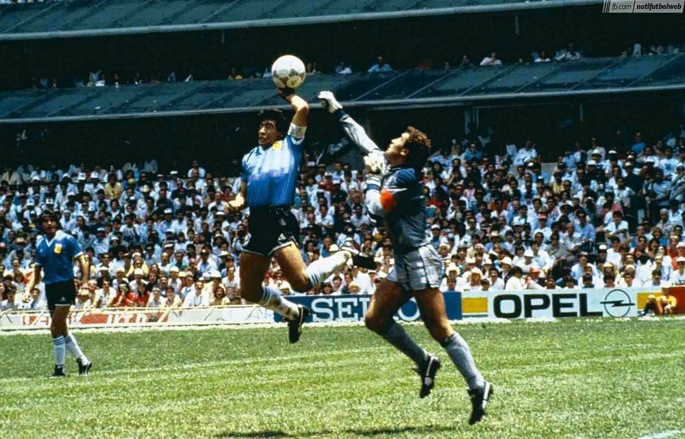 """Maradona et sa """"divine main"""" face à l'Angleterre en 1986., DR"""