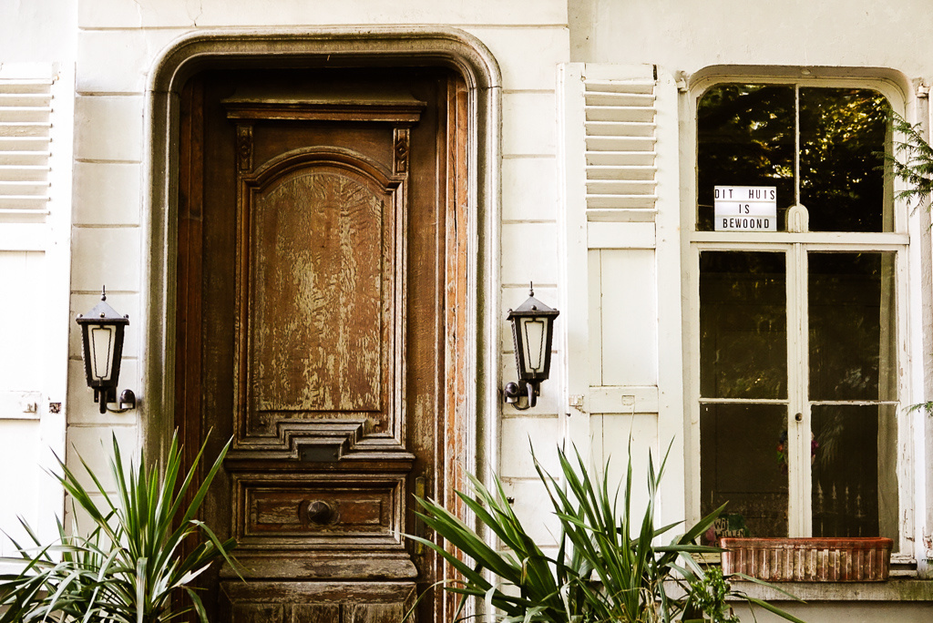 De weinige huizen die bewoon zijn, maken dat duidelijk met bordjes om te vermijden dat hun ramen worden ingeslagen door inbrekers., Mare Hotterbeekx