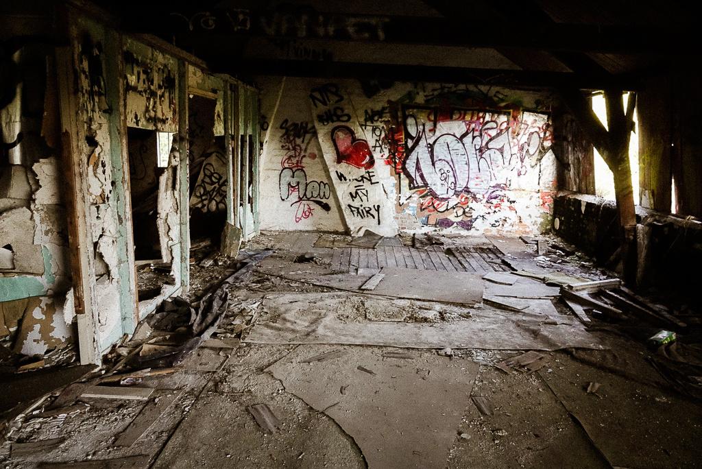 Een van de weinige huizen die niet hermetisch beveiligd is. Op de grond: brandhaarden, lege blikjes, sigarettenpeuken en een verdwaald mondmasker (niet in beeld)., Mare Hotterbeekx