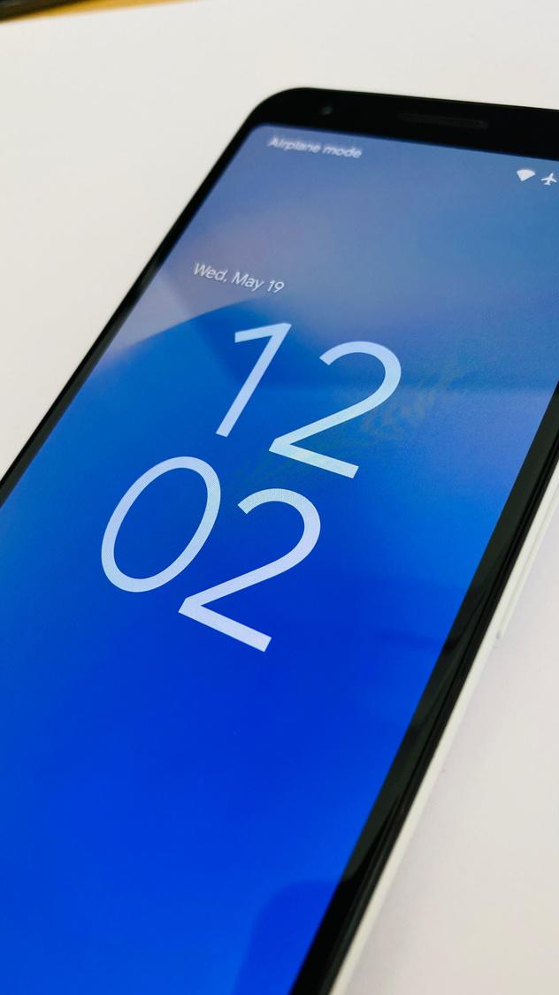 L'horloge sur l'écran de verrouillage est nettement plus imposante dans Android 12. , Jens Veraa