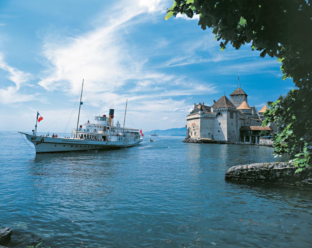 Stoomschip Rhone voor het kasteel van Chillon bij Montreux, Christof Sonderegger