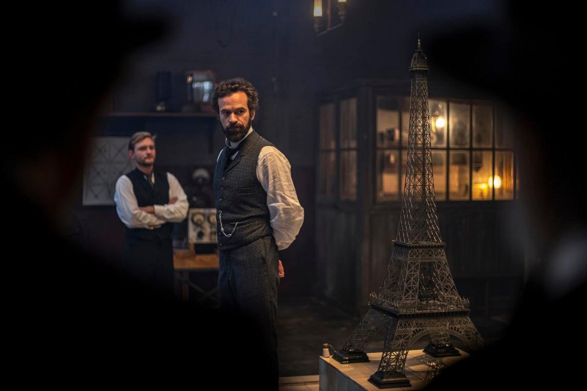L'ingénieur et son directeur financier faceà la maquette au centième de la tour Eiffel, Antonin Menichetti