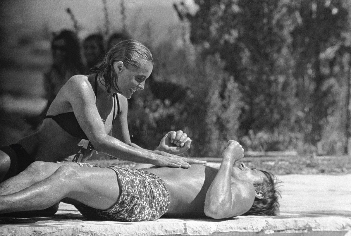 Alain Delon, en caleçon long, et Romy Schneider lors du tournage du film La piscine en septembre 1968, à Saint-Tropez., photos: Getty images, Imaxtree & SDP