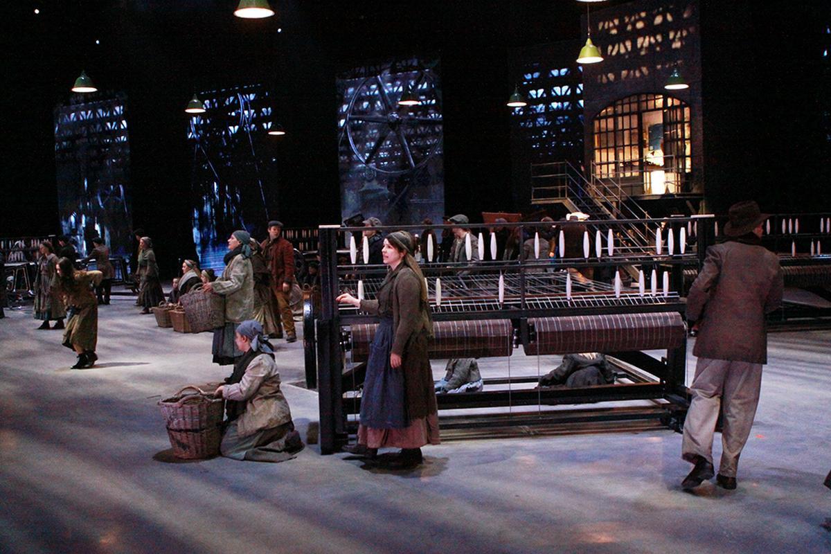 Er staan zelfs weefgetouwen op de set., PADI/Daniël