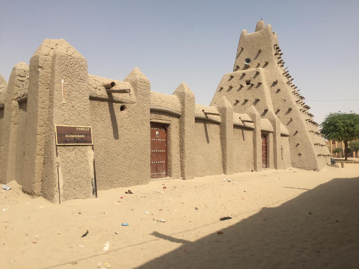 Mariam Sy réalise également des restaurations de monuments, notamment cette mosquée traditionnelle, à Tombouctou., Architerre