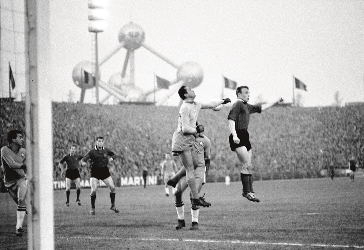 Een kopbalduel voor het Braziliaanse doel. Keeper Gilmar zou  zich in het Heizelstadion vijf keer moeten omdraaien., BELGA