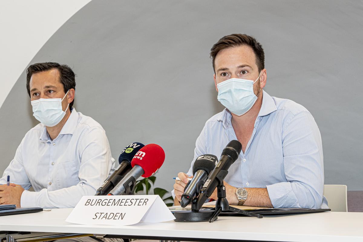 Stadens burgemeester Francesco Vanderjeugd met links van hem Manuel Goderis, woordvoerder van Westvlees., JOKE COUVREUR