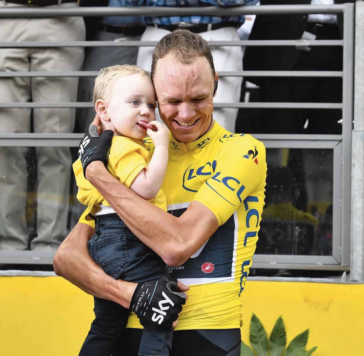 Met zijn zoontje, na de vierde Tourzege in 2017., GETTY
