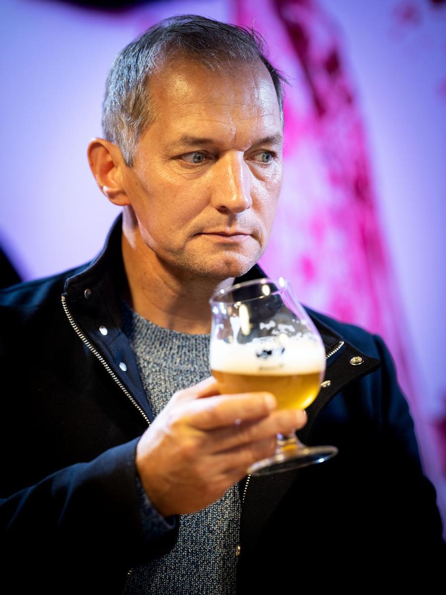 Karl Vannieuwkerke proeft de Achel Blond., luc daelemans
