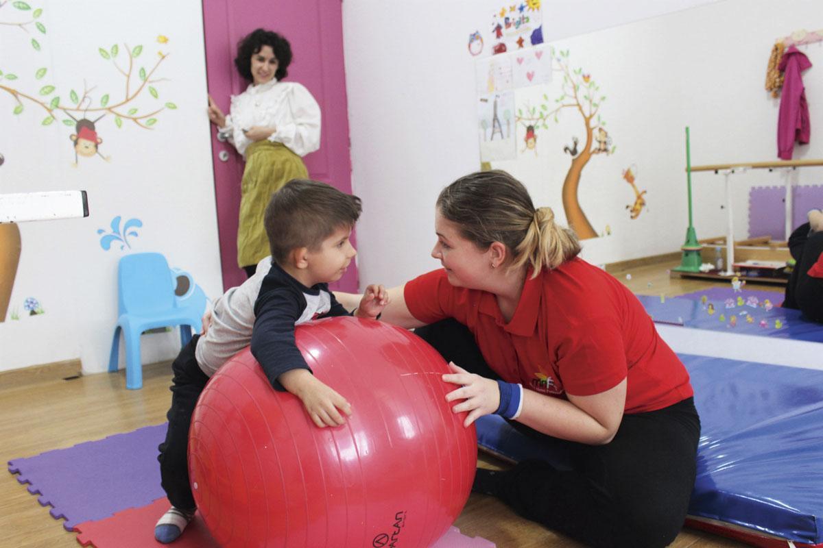 In het revalidatiecentrum in Oradea kunnen zo'n honderd kinderen met een motorische beperking terecht voor therapie., MATTHIAS STOCKMANS