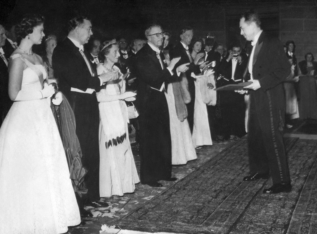 Albert Camus ontvangt in 1957 de Nobelpijs voor de Literatuur., Getty Images