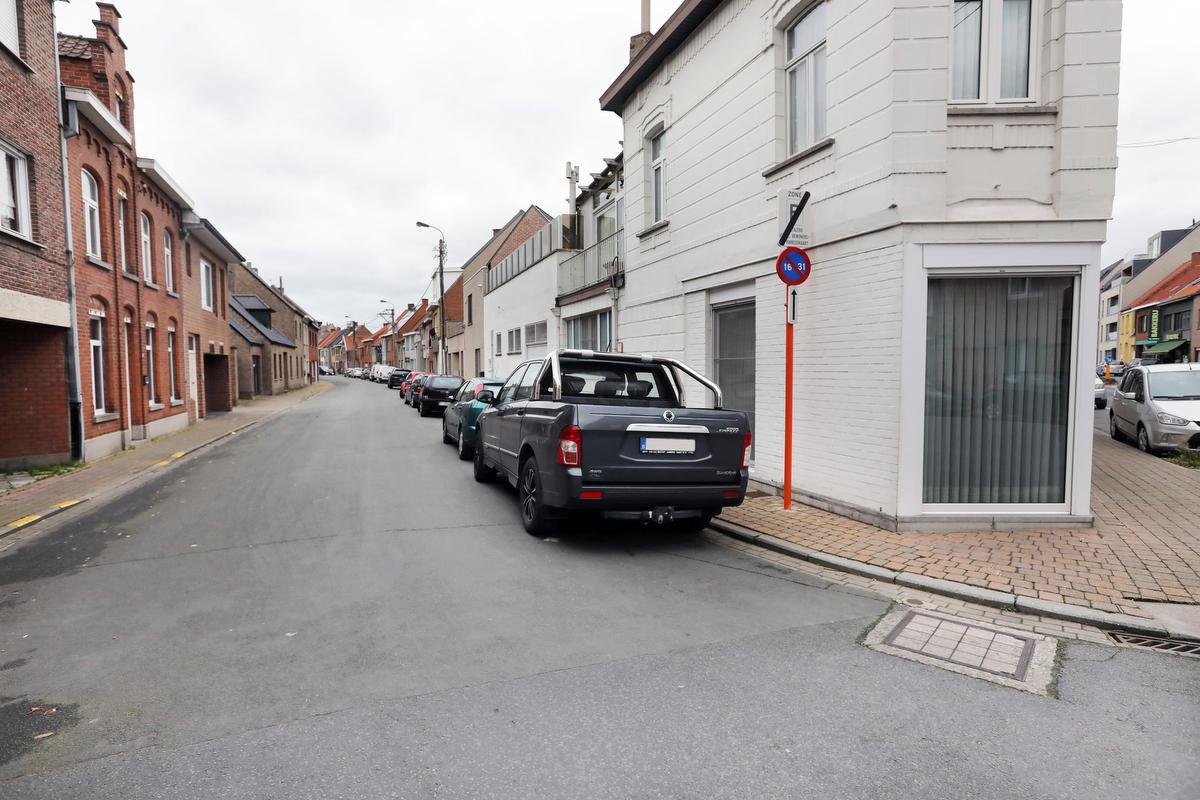 Over de volledige lengte van de Werkenstraat zijn er straks geschrankte, vaste parkeerstroken voorzien., foto JS