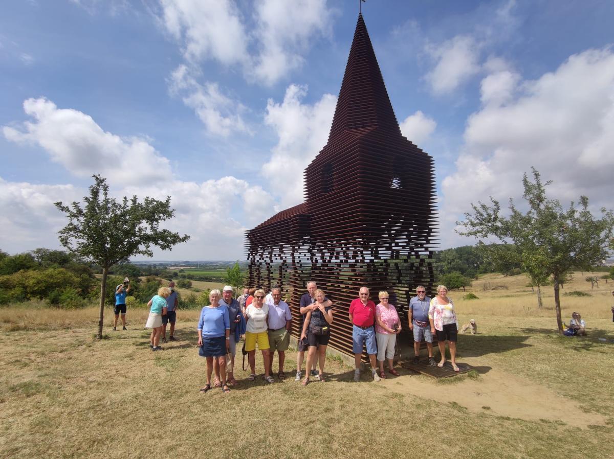 Ook het doorzichtig kerkje van kunstenaarsduo Gijs Van Vaerenbergh lag op de route., wvds/bm