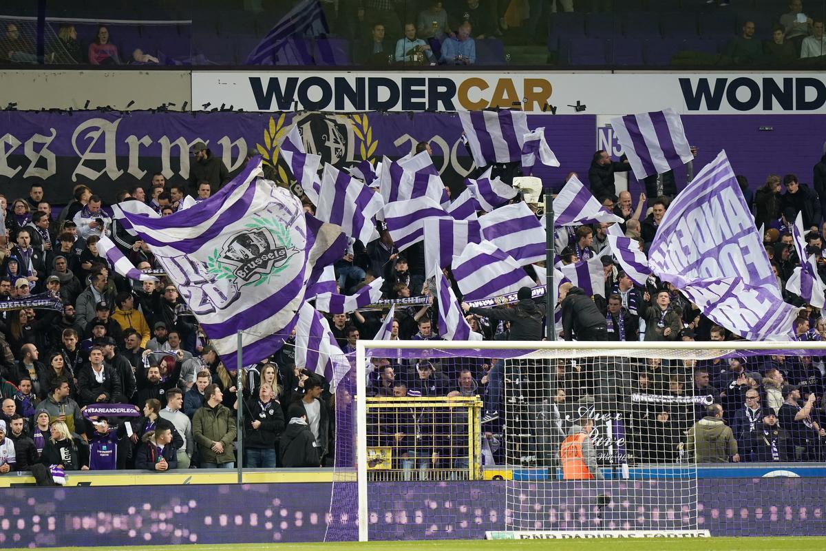 Les supporters mauves sont restés fidèles au Sporting., BELGA