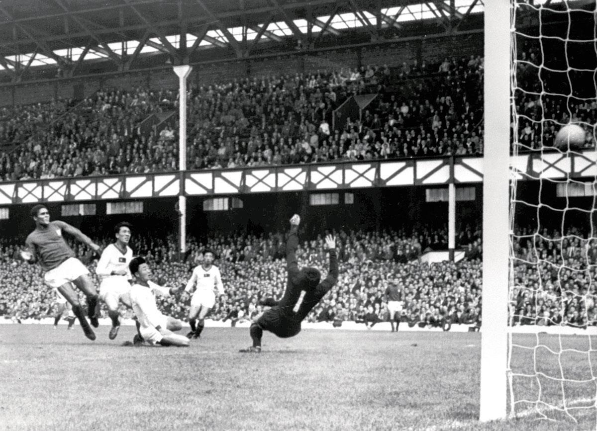 Tegen Noord-Korea haalde Eusébio quasi in zijn eentje een 0-3-achterstand op.Bobby Charlton noemde het 'een van de grootste individuele prestaties  ooit gezien op een voetbalveld'., getty