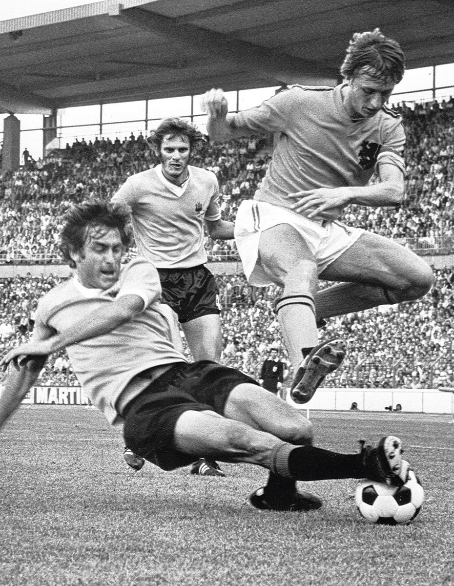Johan Cruijff évite un tacle assassin lors du match Pays-Bas-Uruguay lors du Mondial 1974., getty