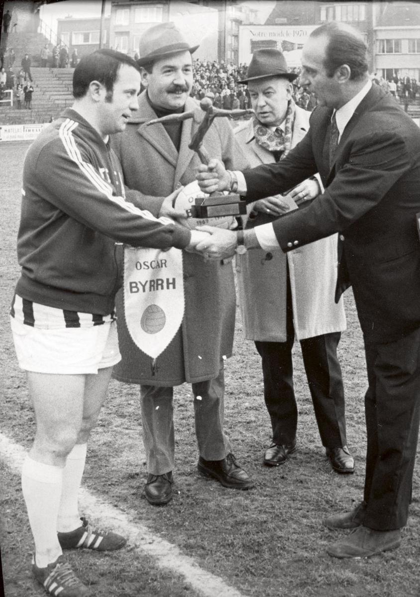 Georget Bertoncello reçoit un prix à l'issue d'un match en 1970., BELGAIMAGE