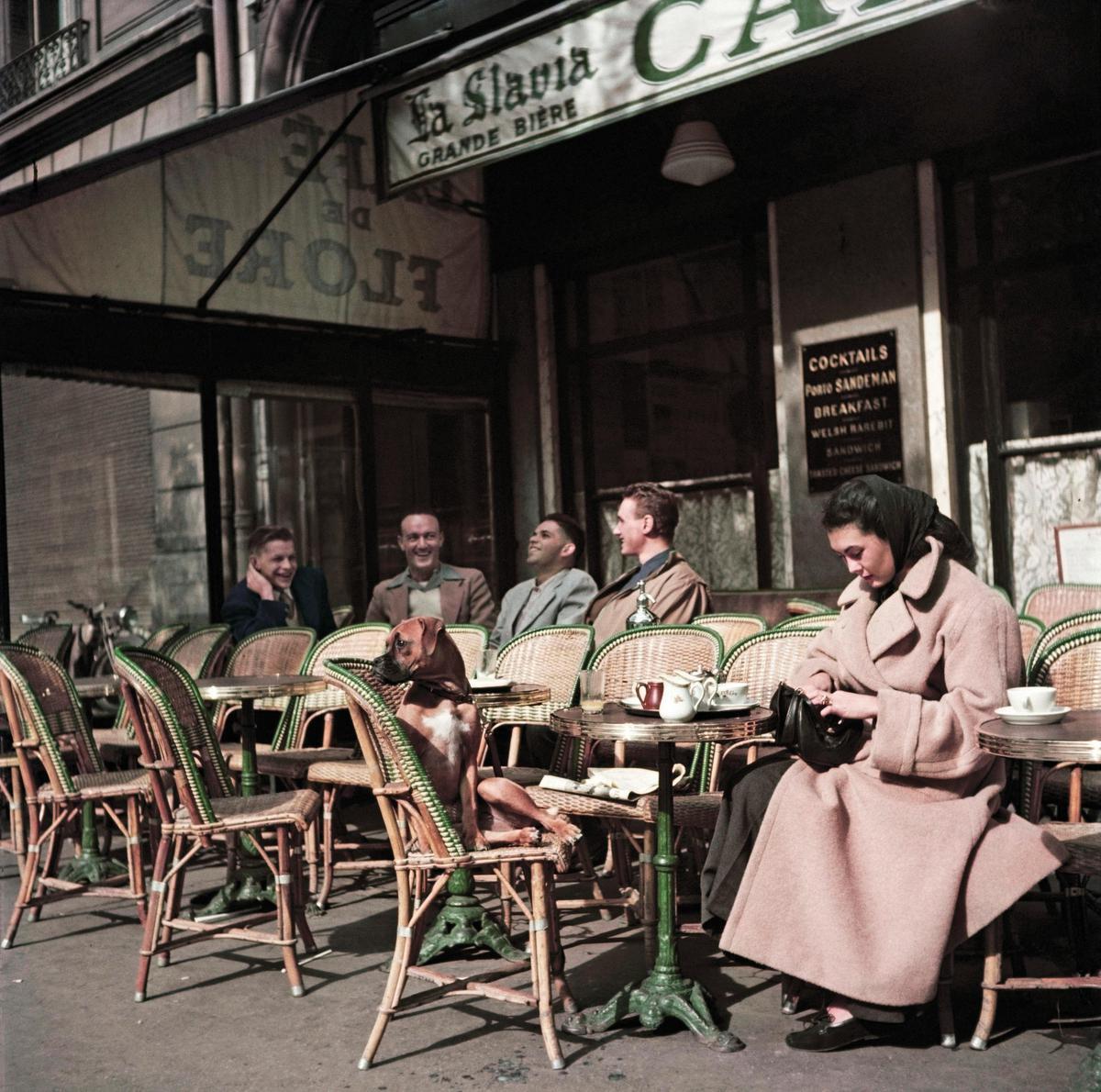 Au milieu du XXe siècle, la chaise de bistrot en rotin était indissociable des cafés français. On en veut pour preuve cette image du Café de Flore à Paris, prise par le célèbre photographe hongro-américain Robert Capa., Magnum