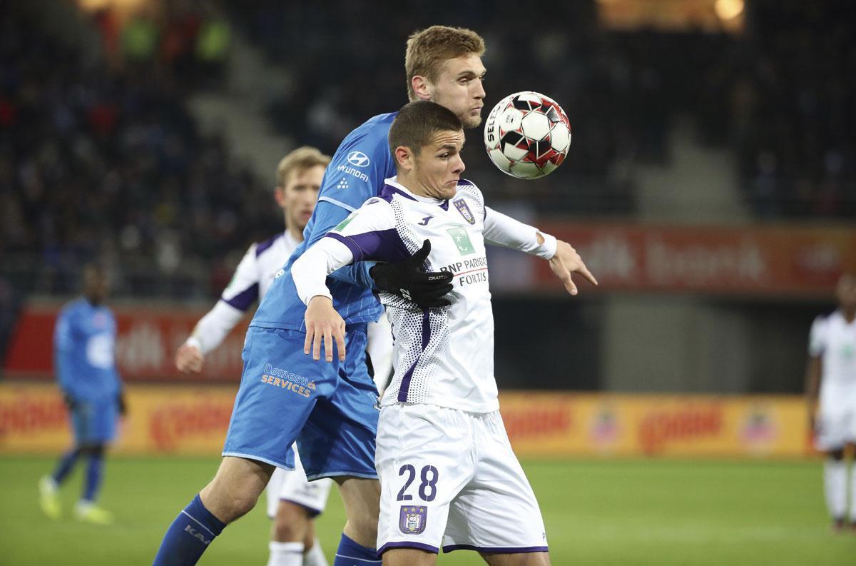 KAA Gent - Anderlecht 1-1. Paars-wit speelde een sterke partij in de Ghelamco Arena. Winteraanwinst Dejan Joveljic (hier in duel met Igor Plastoen) maakte in het slot zijn debuut voor Anderlecht., BELGA