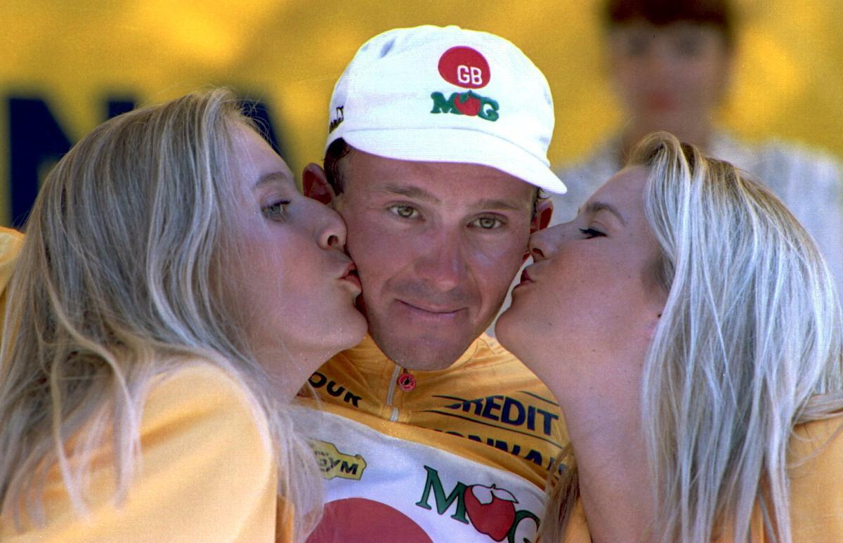 10 juli 1994: Johan Museeuw mag de gele trui aantrekken in de Ronde van Frankrijk., Getty Images
