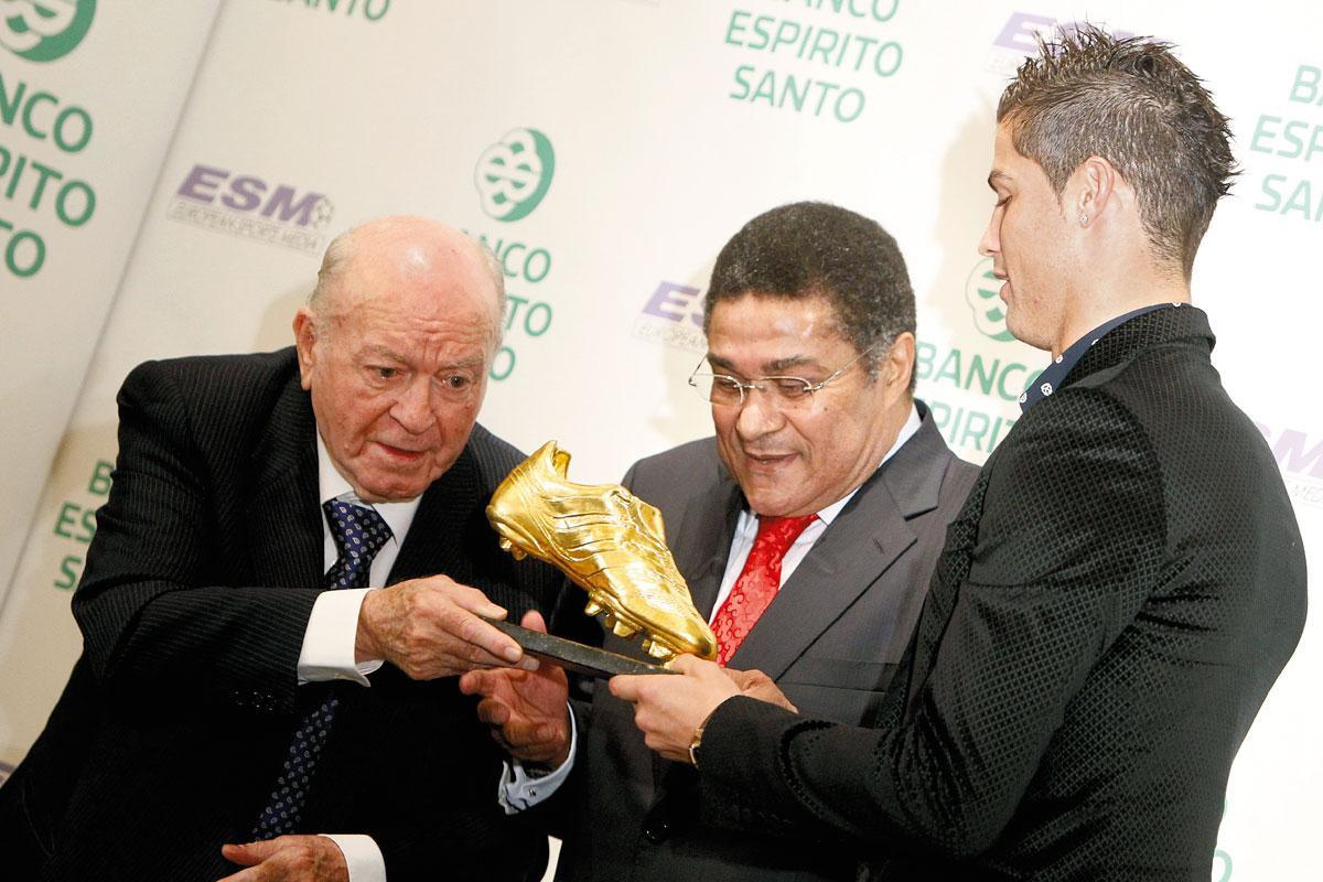 Samen met Realicoon Alfredo di Stéfano overhandigt Eusébio de Gouden Schoen van 2011 aan zijn jonge landgenoot Ronaldo., getty