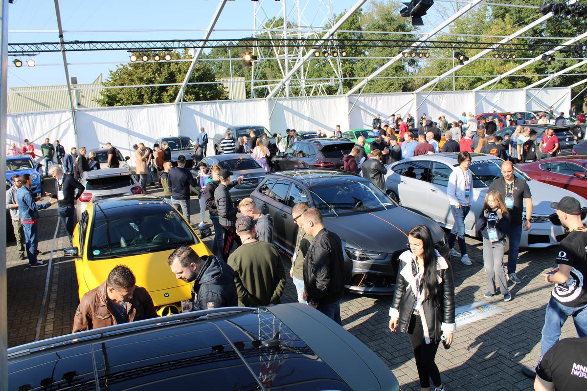 Beaucoup d'intérêt pour les voitures d'exposition recouvertes des nouveaux films de covering 'Omega Skinz' à Houthalen., KDC