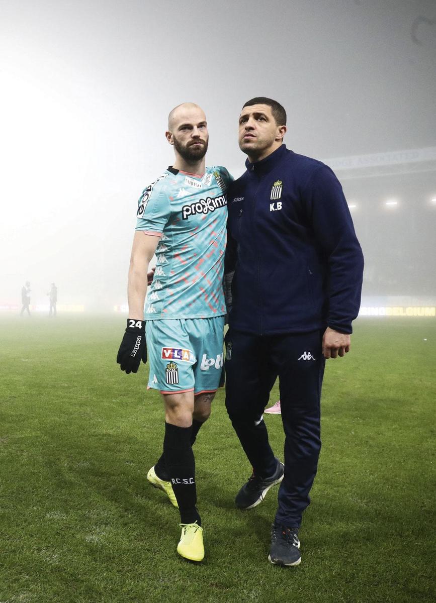 Charleroi - KV Mechelen . De wedstrijd werd nog voor rust stopgezet wegens  te veel mist. De Carolo's (hier Dessoleil en trainer Belhocine) leidden op dat moment met 1-0. De wedstrijd wordt  op 4 februari herspeeld., BELGA