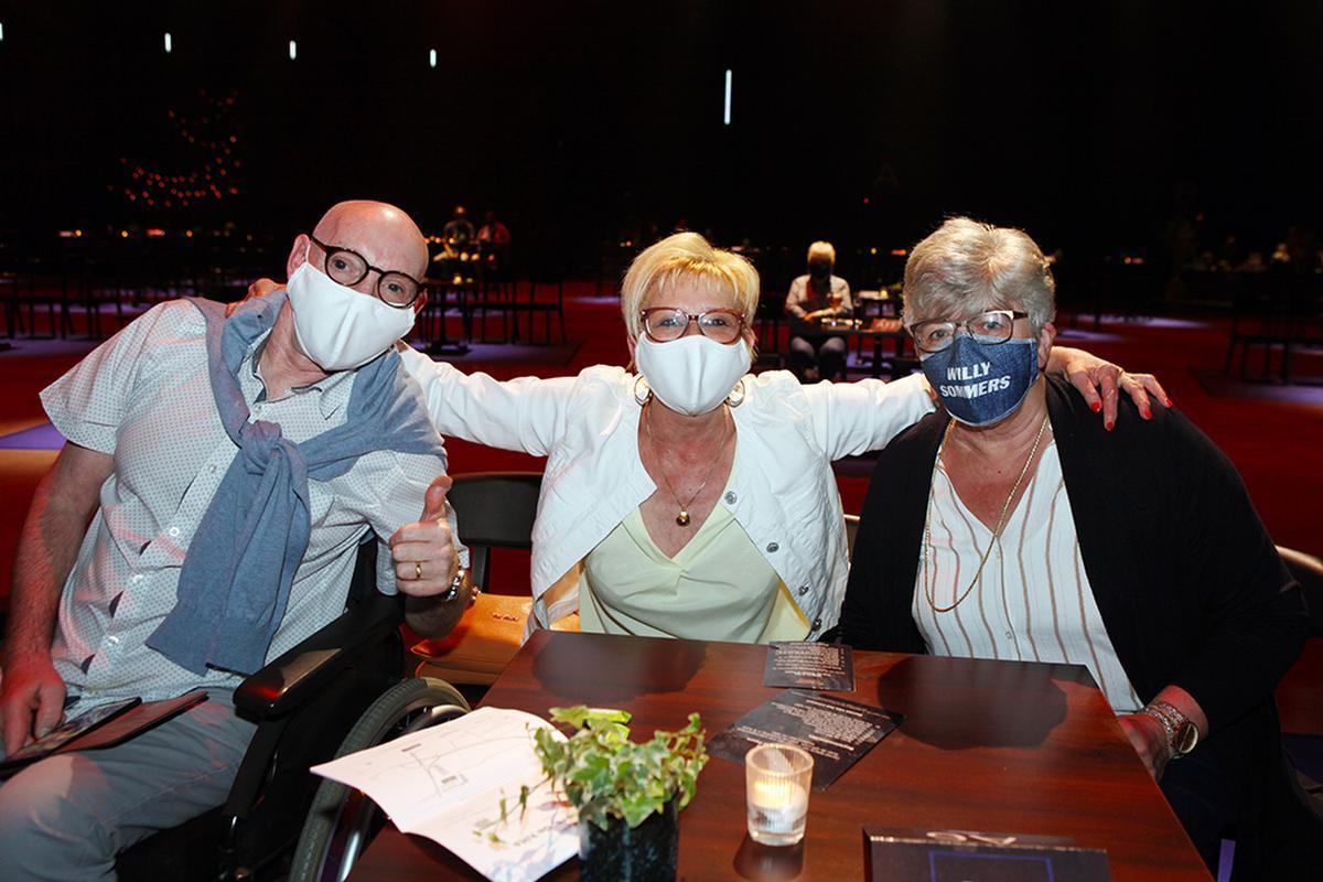Een West-Vlaams onderonsje met Jean-Paul Corthout, Marijke Moeyaert (beiden uit Roeselare) en Leen Vanda uit Lichtervelde ., PADI/Daniël