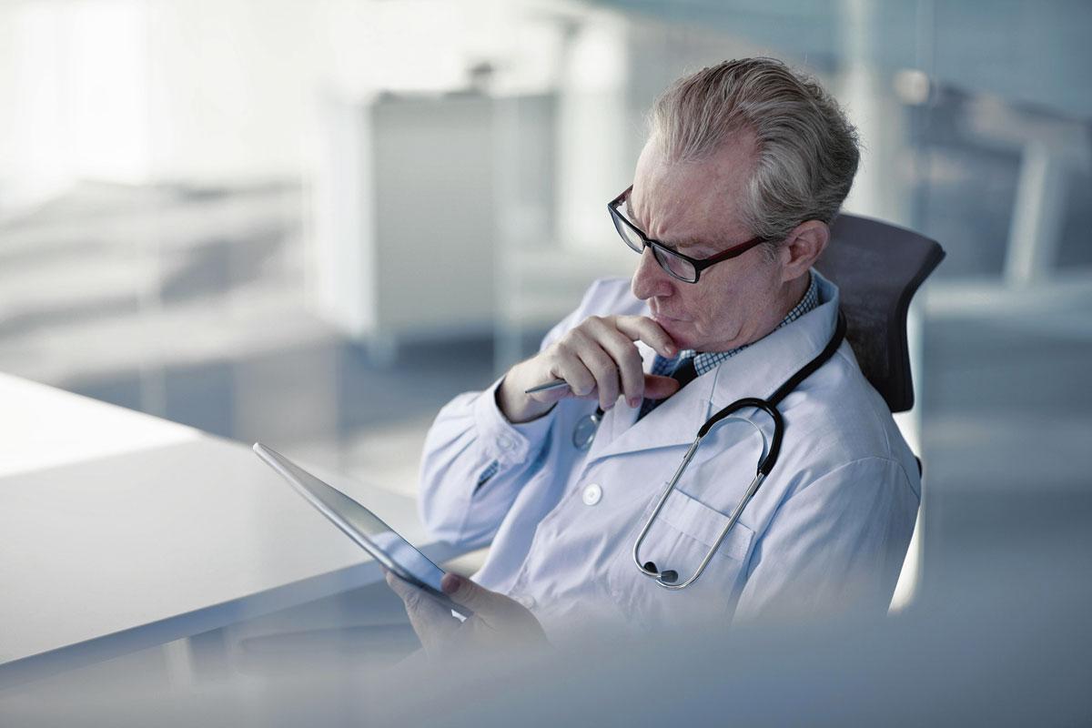 Un médecin pourra dans quelques mois réaliser une téléconsultation d'un détenu grâce à des lunettes connectées qui seront utilisées à la prison de Marche., Getty Images