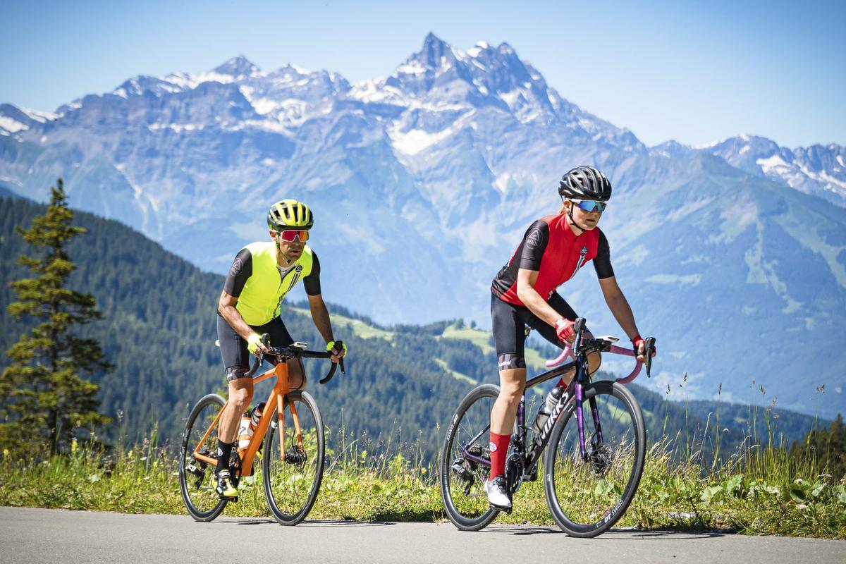 Twee fietsers beklimmen de Col de la Croix vanuit Villars-sur-Ollon, Alain Rumpf